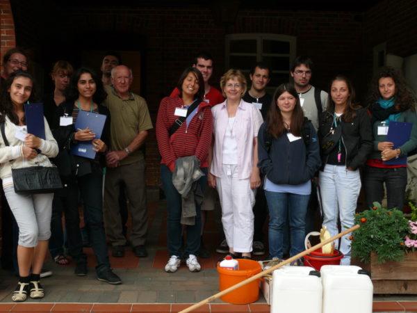 Die Teilnehmer zusammen mit dem Zeitzeugen Erich Kary und Gedenkstättenleiterin Ramona Ramsenthaler