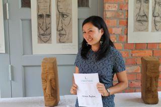 Gulnara Pazylova aus Kirgisien zeigt stolz den von ihr geschaffenen Backstein-Kopf. Sie kam nach Deutschland, um den Spuren ihres Urgroßvaters zu folgen, der während der NS-Zeit im Konzentrationslager war.