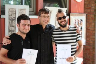 Der Künstler Marcus Barwitzki (Mitte) mit Workcampteilnehmern aus Aserbaidschan (Rauf) und Spanien (Pablo).