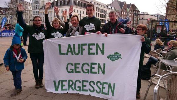 Läufer und Unterstützer des Fördervereins nach dem Hamburg-Marathon