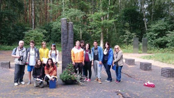 Workcamp-Teilnehmer an der Gedenkstätte auf dem ehemaligen Lagergelände