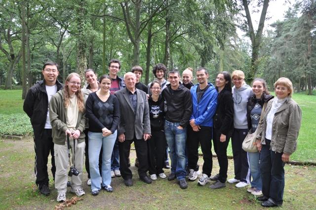 Workcampteilnehmer zusammen mit Erich Kary und Ramona Ramsenthaler