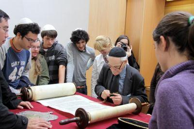 Teilnehmer zusammen mit Rabbiner Wolff in der Synagoge in Schwerin