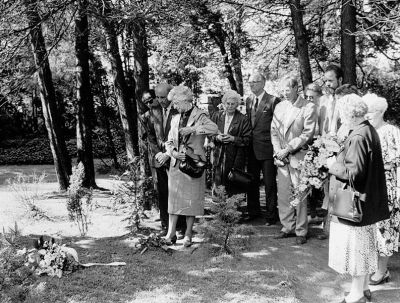 Familie Brouwer-Bakker 1990 an der Gedenkstätte auf dem Friedhof Ludwigslust, Quelle: Privatbesitz J. Bakker