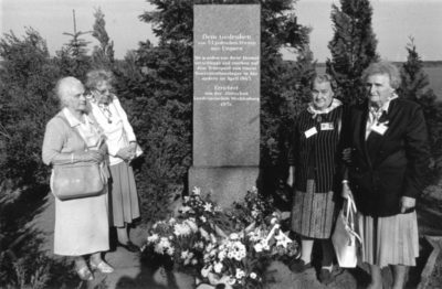 Polnische Überlebende an der Gedenkstaette in Suelstorf, 1998
