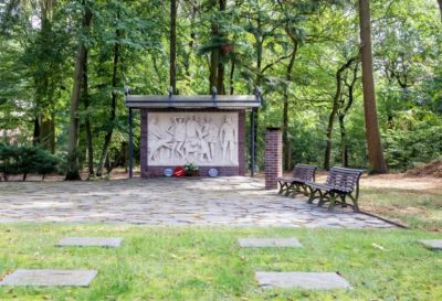 """Sandsteinrelief für die Opfer der """"Todesmärsche im April 1945"""""""