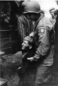 US-Soldat hilft KZ-Häftling (Foto: USHMM)